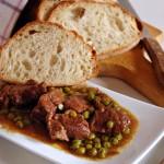 Spezzatino di manzo con piselli e pane casereccio