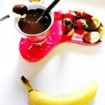 Fonduta al cioccolato fondente con banana e frutta fresca